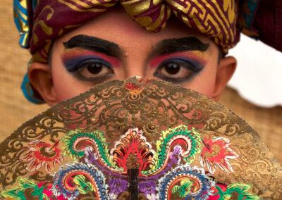 Penari cilik dari Sanggar Paripurna Bali menggunakan pakaian adat Kayonan saat peresmian Paviliun Indonesia dalam rangkaian Pertemuan Tahunan IMF - World Bank Group 2018 di Paviliun Indonesia, Nusa Dua, Selasa (9/10).